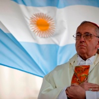 OTRO HOMBRE DE BLANCO SE ASOMA PARA REGOCIJO DE FIELES Y PARA RESUCITAR POLÉMICAS