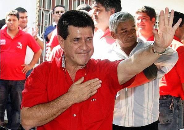 Aunque viste de rojo, Horacio es uno de los personajes más conservadores y corruptos de la política paraguaya