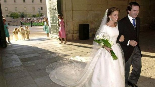 Blanca y radiante iba la novia. Y pletórico iba el papá. Casposo bodorrio en la España neofranquista