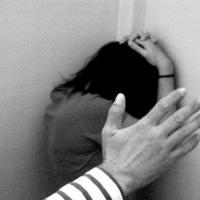 Golpear a una fémina contra la pared no es maltrato, según la Justicia del Estado español