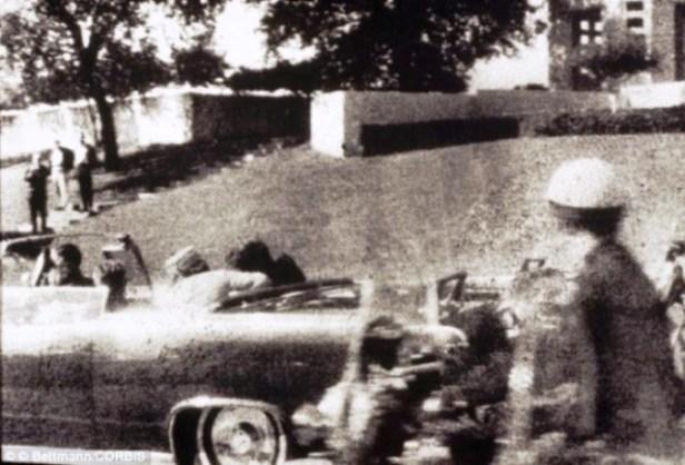 El primer disparo es desviado por un árbol y rebota en el cemento que hiere al testigo James Tague. 3,5 segundos después se produce el segundo disparo que llega a Kennedy por detrás y sale por su garganta, hiriendo también al gobernador de Texas, John Connally. El presidente deja de saludar al público y su esposa tira de él para recostarlo sobre el asiento. El tercer disparo ocurre 8,4 segundos después del primer disparo, justo cuando el auto pasa al frente de la pérgola de hormigón. Cuando el tercer disparo impacta de lleno en el occipital derecho de la cabeza de Kennedy, Jackie Kennedy, se abalanza a la parte trasera del auto, donde recoge una sección del cráneo del presidente. Un ciudadano de nombre Abraham Zapruder, que filmaba la comitiva presidencial, logró captar en su película el momento en que Kennedy es alcanzado por los disparos. Esta película es parte del material que la Comisión Warren utilizó en su investigación del asesinato.
