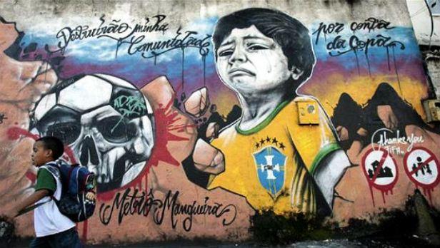 Llanto de un niño por la destrucción de su comunidad por culpa de la Copa del Mundo